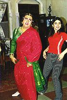 эпизод из песни Aapne Jigar Ko, Говинда вместе с Кариной Гровер