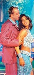Санжай и Приянка в песне Pyaar Aaya