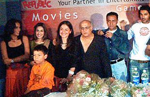 слева направо: Мадан Бхику, Удита Госвами, Рима, Пуджа и Махеш Бхатт, Гульшан Гровер, Джон Абрахам
